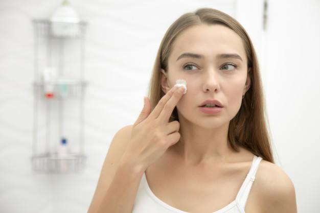 sử dụng kem dưỡng ẩm khi da vẫn còn ẩm